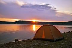 Beau coucher du soleil dans le paysage de lac Photo stock