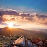 Beau coucher du soleil dans le paysage de montagnes Ciel dramatique et Co Image libre de droits