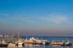 Beau coucher du soleil dans le port maritime d'Odessa l'ukraine photo stock