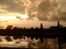 Beau coucher du soleil dans le village russe Image libre de droits