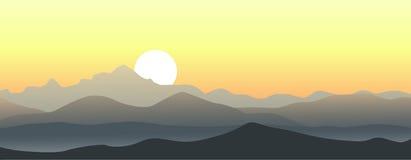 Beau coucher du soleil dans les montagnes Illustration Libre de Droits