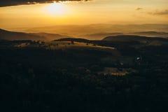 Beau coucher du soleil dans les montagnes Image stock