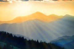 Beau coucher du soleil dans les montagnes Images libres de droits