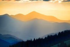 Beau coucher du soleil dans les montagnes Images stock