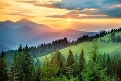 Beau coucher du soleil dans les montagnes Photos libres de droits