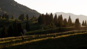 Beau coucher du soleil dans les montagnes roumaines image stock