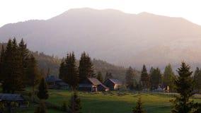 Beau coucher du soleil dans les montagnes roumaines photo libre de droits