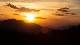 Beau coucher du soleil dans les montagnes roumaines images libres de droits
