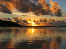 Beau coucher du soleil dans Maupiti, Polynésie française image libre de droits