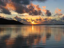 Beau coucher du soleil dans Maupiti, Polynésie française image stock