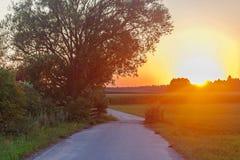 Beau coucher du soleil dans un village en Pologne Photographie stock