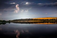 beau coucher du soleil de lac photo libre de droits