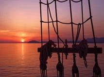 Beau coucher du soleil de mer sur le vieux bateau image libre de droits
