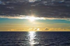 Beau coucher du soleil de paysage marin sur la mer photos stock