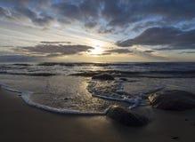 Beau coucher du soleil de ressort sur la plage sablonneuse de la mer baltique dans Klaipeda, Lithuanie photographie stock