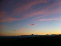 Beau coucher du soleil de rouge et d'or au-dessus de la montagne de Monviso Image stock