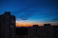 Beau coucher du soleil de ville sur le fond des gratte-ciel images stock
