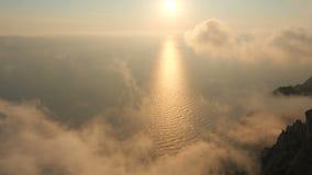 Beau coucher du soleil dramatique avec les nuages colorés et le littoral merveilleux en haut dessus du cap Aya en Crimée banque de vidéos