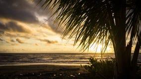 Beau coucher du soleil en La Barra sur le Pacifique colombien Photos libres de droits