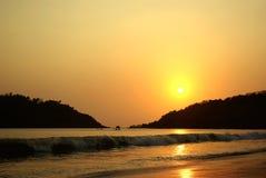 Beau coucher du soleil en mer Photographie stock libre de droits
