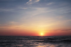 Beau coucher du soleil en mer Image stock