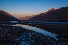 Beau coucher du soleil en montagnes Photographie stock libre de droits