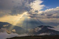 Beau coucher du soleil en nuages photo libre de droits