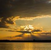 Beau coucher du soleil en nuages Photographie stock libre de droits