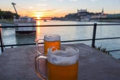 Beau coucher du soleil et belles bières au-dessus de la rivière Danube à Bratislava Slovaquie images stock