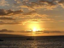 Beau coucher du soleil et mer dans Maui ! photographie stock libre de droits