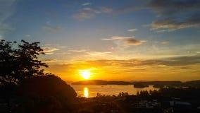 Beau coucher du soleil et mer Scène de silhouette Photos stock