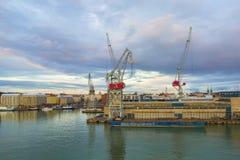 Beau coucher du soleil et port maritime moderne avec des grues de cargaison et des bateaux, Helsinki, Finlande Photo libre de droits