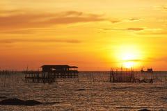 Beau coucher du soleil et silhouette. Photographie stock