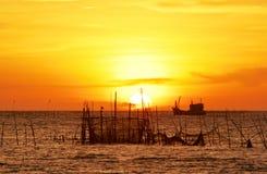Beau coucher du soleil et silhouette. Images libres de droits