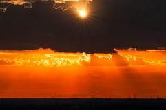 Beau coucher du soleil léger par les nuages Images libres de droits