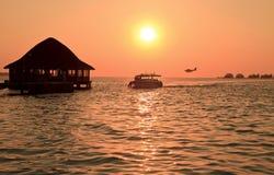 Beau coucher du soleil. L'Océan Indien. Les Maldives. Photo libre de droits
