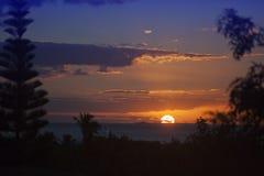 Beau coucher du soleil lumineux au-dessus de mer dans les tropiques cuba image stock