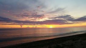 Beau coucher du soleil multicolore au-dessus de mer Chemin ensoleillé reflétant le coucher du soleil en mer baltique Aucun son clips vidéos
