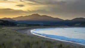 Beau coucher du soleil Nouvelle-Zélande de baie de Waikawau photos libres de droits