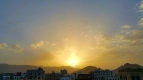 Beau coucher du soleil, nuages et montagnes dans le Moyen-Orient Images stock