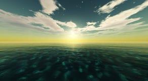 Beau coucher du soleil, nuages et soleil de mer au-dessus de l'eau Photos libres de droits