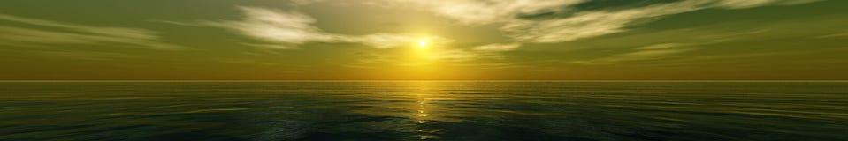 Beau coucher du soleil, nuages et soleil de mer au-dessus de l'eau Photo stock