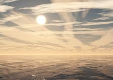 Beau coucher du soleil, nuages et soleil de mer au-dessus de l'eau Image libre de droits