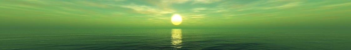 Beau coucher du soleil, nuages et soleil de mer au-dessus de l'eau Images libres de droits