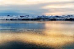 Beau coucher du soleil orange au-dessus du lac avec la montagne Photographie stock libre de droits