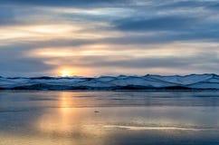 Beau coucher du soleil orange au-dessus du lac avec la montagne Photos stock