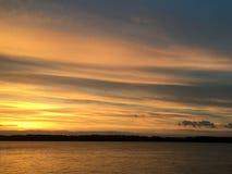 Beau coucher du soleil orange cramoisi sur le bord de mer, vues du soleil Image stock