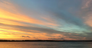 Beau coucher du soleil orange cramoisi sur le bord de mer, vues du soleil Photo libre de droits