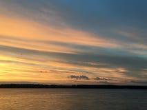 Beau coucher du soleil orange cramoisi sur le bord de mer, vues du soleil Image libre de droits