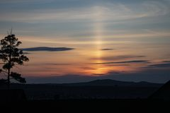 Beau coucher du soleil orange de ressort en Sibérie, avec un pin seul photographie stock